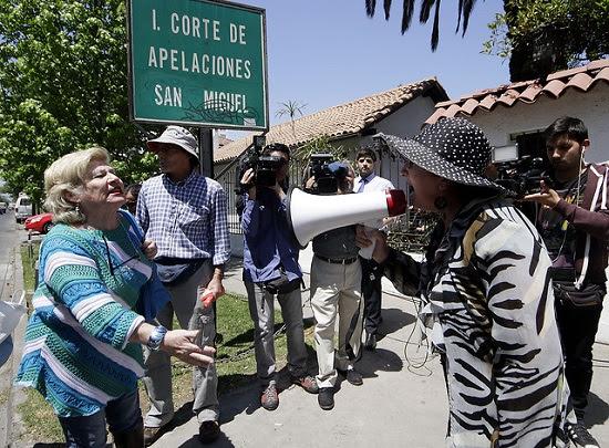 Nelly (con el megáfono) se enfrenta a partidarias de Labbé en la Corte de Apelaciones de San Miguel luego que se le concediera la libertad bajo fianza.